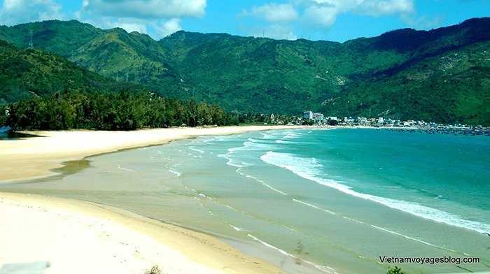 9. Bãi biển Đại Lãnh: Bãi biển này thuộc địa phận huyện Vạn Ninh, tỉnh Khánh Hòa, nằm bên quốc lộ 1A, cách thành phố du lịch Nha Trang khoảng 80km về phía Bắc.