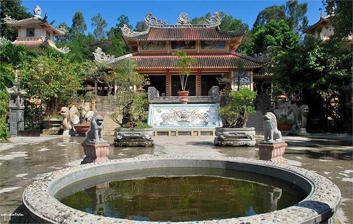 10. Chùa Long Sơn: hay còn gọi là Chùa Phật trắng trước có tên là Đăng Long Tự, tọa lạc ở số 22 đường 23 tháng 10, phường Phương Sơn dưới chân hòn Trại Thủy ở Nha Trang.