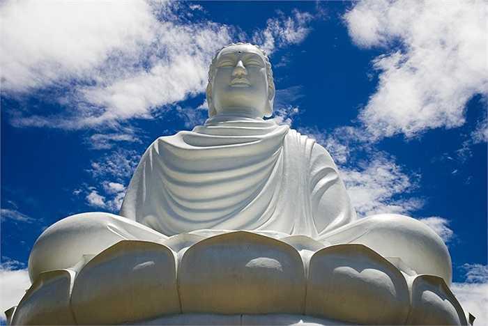 Điểm nổi bật nhất của ngôi chùa này đó là bức tượng Phật Trắng khổng lồ khiến nhiều du khách không khỏi ngỡ ngàng. Ngôi chùa này được xây dựng cách đây hơn một trăm năm, trải qua nhiều lần trùng tu và đến nay đang là ngôi chùa nổi tiếng nhất của tỉnh Khánh Hòa, Việt Nam.