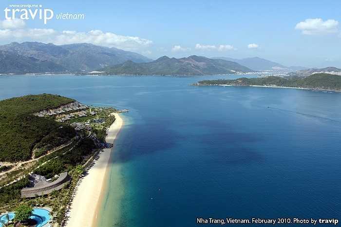2. Đảo Hòn Mun - Hòn Tằm: Đảo Hòn Mun là địa điểm hút hồn du khách bởi làn nước trong veo và hệ sinh thái san hô đẹp lộng lẫy còn Đảo Hòn Tằm lại nổi tiếng với rất nhiều bãi tắm tuyệt đẹp giúp du khách thoải mái bơi lội, tắm nắng và thư giãn.
