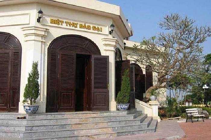 3. Dinh Bảo Đại: có tên gọi khác là biệt thự Cầu Đá, nằm trên núi Cảnh Long nhô ra biển như một con rồng xanh ôm lấy biển của đất Nha Trang. Nơi đây đã từng được Bảo Đại sử dụng làm nơi làm việc, nghỉ ngơi trong thời gian ông làm Hoàng đế Đại Nam rồi Quốc trưởng Quốc gia Việt Nam.