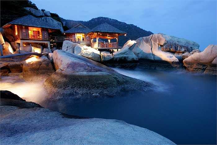 Ngoài ra tại vịnh Ninh Vân còn có khu nghỉ dưỡng Six Senses đạt tiêu chuẩn 5 sao quốc tế và là một trong những resort đầu tiên của Việt Nam nhận được nhiều giải thưởng danh giá nhất về du lịch của Việt Nam và thế giới. Du khách có thể di chuyển bằng tàu cao tốc từ Nha Trang để đặt chân đến vịnh biển xinh đẹp này.
