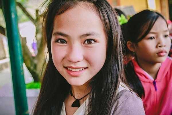 Nụ cười hồn nhiên vô tư cùng đôi mắt trong veo của cô bé người Mông khiến dân mạng không khỏi xao xuyến.