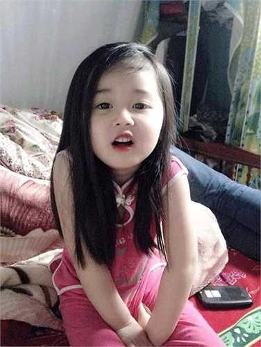 Trong những ngày cuối tháng 3 vừa qua, bức hình của một cô bé 4 tuổi Thái Nguyên đã tạo nên một 'cơn sốt' mạng xã hội khi hút hàng nghìn lượt like chỉ sau vài giờ được chia sẻ.