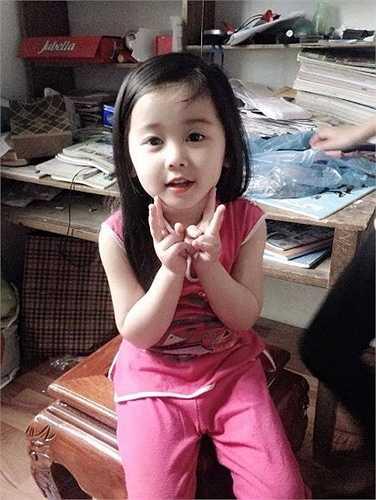 Được biết, bé gái đáng yêu này có tên là Hoàng Diệu Hương (tên thân mật là Tẹt), năm nay 4 tuổi. Hiện tại, Diệu Hương và gia đình đang sinh sống tại Định Hóa, Thái Nguyên