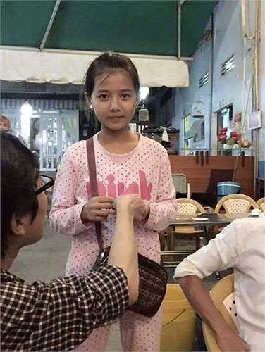 Theo thông tin của người đăng tải, em bé này khoảng 7 tuổi thường hay đi bán vé số tại các quận Bình Thạnh và Tân Phú ở T.P Hồ Chí Minh.