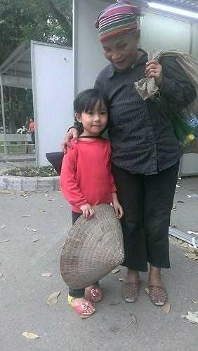 Hình ảnh 1 cô bé khoảng 3 tuổi với đôi mắt trong veo, dễ thương đang cùng bà mình đi nhặt rác đã ngay lập tức lay động cộng đồng mạng Việt sau khi được chia sẻ.