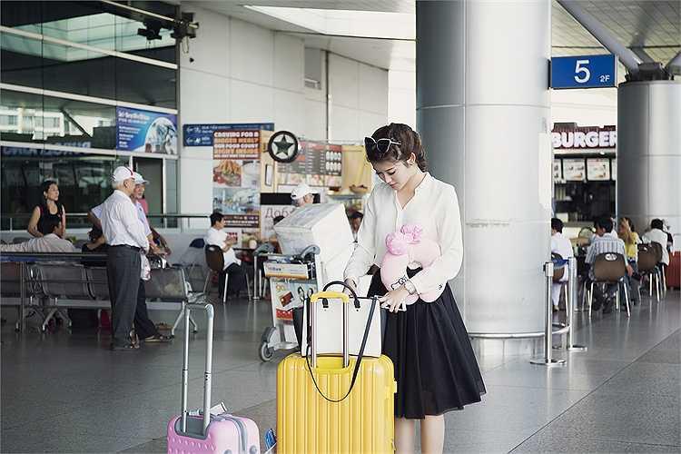 Cô diện trang phục đơn giản và khá thoải mái.