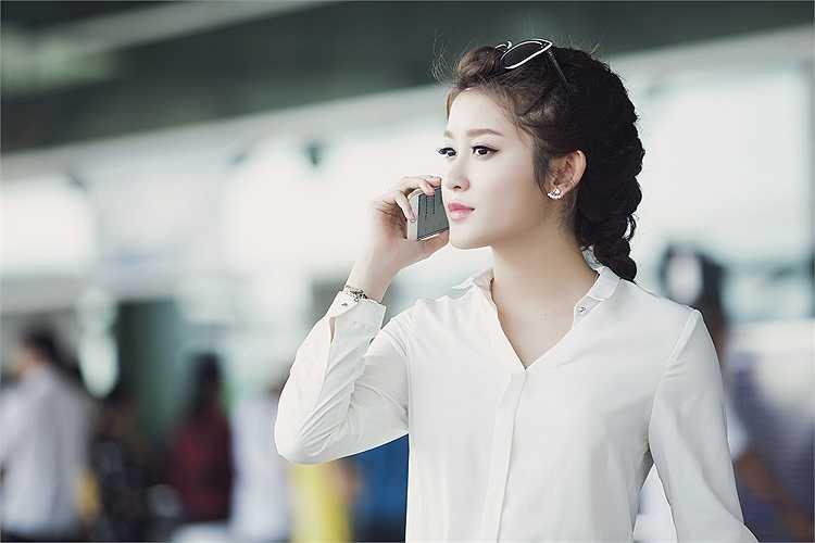 Cô liên tục bay đi Đà Nẵng, TP.HCM, Phú Quốc, ... để chụp ảnh quảng cáo và tham gia các sự kiện giải trí.