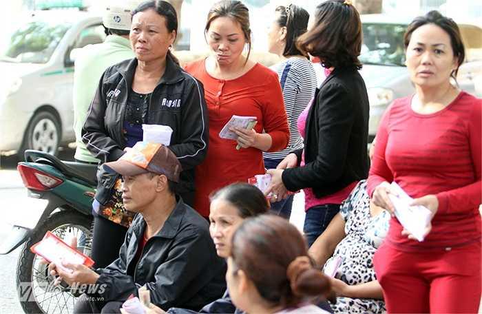 Dân phe vé ngồi chơi dài bên ngoài sân Hàng Đẫy vì vắng người mua.