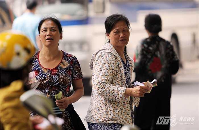 Thế nhưng theo chia sẻ của ông Nguyễn Quốc Hồi - Chủ tịch CLB Hà Nội T&T thì BTC sân đã bán được khoảng 1 vạn vé.