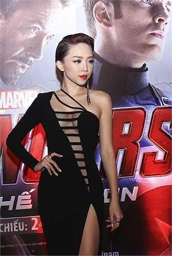 Chiếc váy mà Tóc Tiên sử dụng trong buổi công chiếu phim Avengers có những khoảng hở táo bạo thách thức nhiều cô gái trẻ