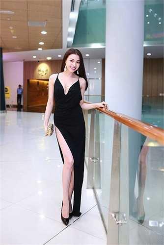 Chiếc váy xẻ cao tận đùi của Trà Ngọc Hằng rất dễ rơi vào tình huống hớ hênh
