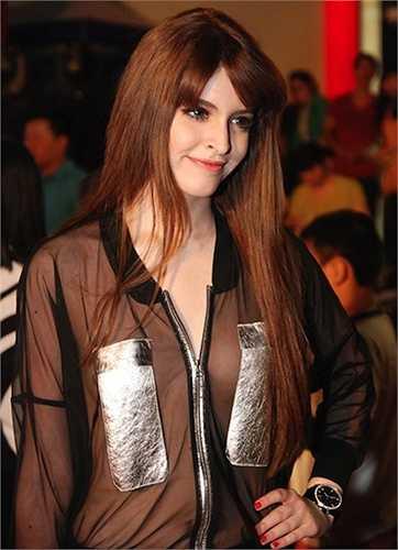 Cách mặc không nội y với áo voan trong veo của Andrea Aybar chắc không phải cô nàng nào cũng dám bắt chước  (Nguồn: 24h)