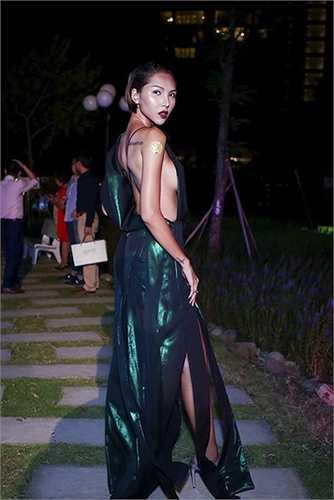 Chiếc váy phóng khoáng mà Minh Triệu mặc trong sự kiện cách đây chưa lâu cũng mang tính thách đố nhiều tín đồ thời trang