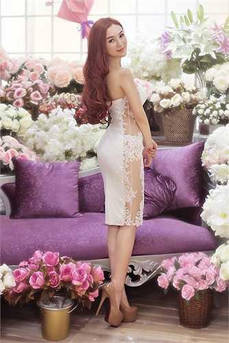 Chiếc váy có khoảng voan trong veo dọc sườn nhìn đẹp nhưng mang đến không ít thử thách cho người mặc