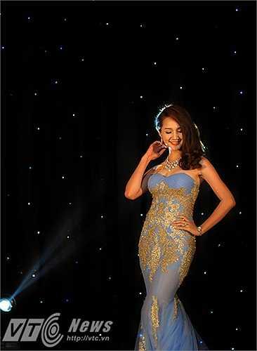 Những bộ trang phục rực rỡ, nhiều màu sắc do chính tay các thí sinh thiết kế tỏa sáng trên sân khấu.