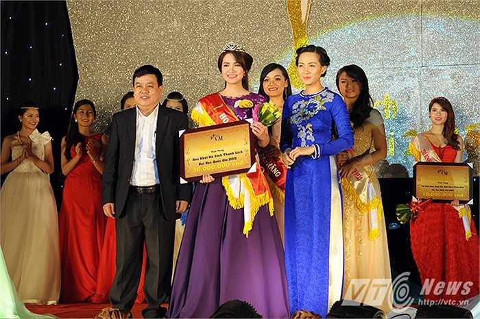 Giây phút đăng quang của cô nữ sinh Lê Việt Hà (Ảnh: Việt Linh)