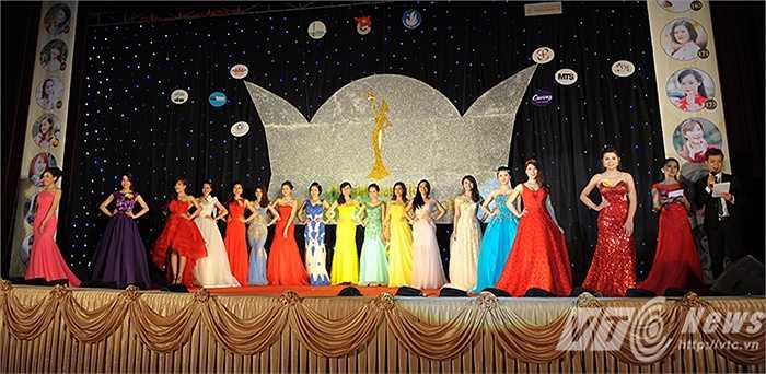 Cuối cùng là phần thi Áo dạ hội, 16 thí sinh cùng diện trên mình những bộ váy dạ hội do chính tay các em thiết kế.
