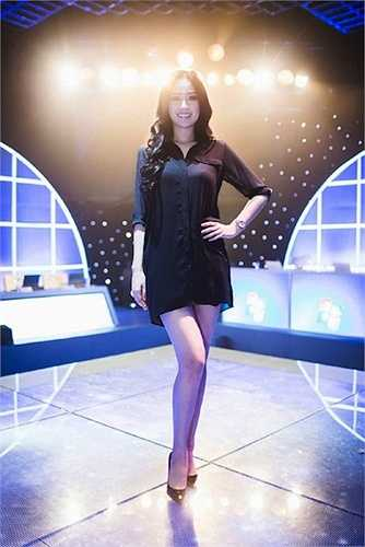 Khi mốt 'không quần' lên ngôi, Mai Phương Thuý cũng ngay lập tức chạy theo trào lưu bằng hàng loạt váy áo gợi cảm.