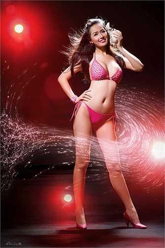 Ngoài mốt 'không quần', Mai Phương Thuý cũng gây 'bão' với trang phục bikini và đồ lót.