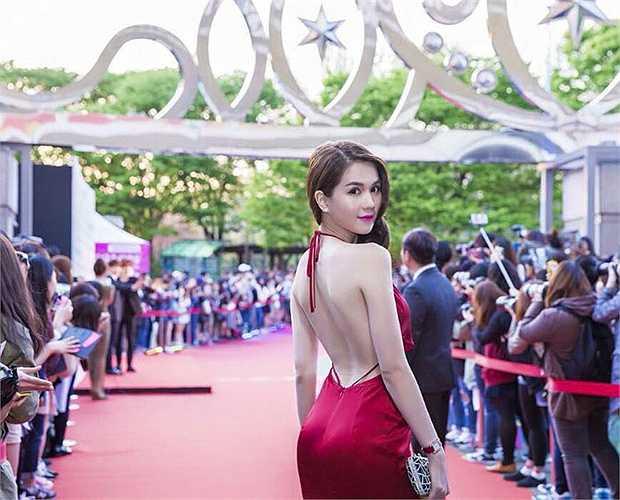 Tới dự lễ nhận giải 'Nữ hoàng bikini', giải thưởng nằm trong khuôn khổ Festival Model Awards 2015, Ngọc Trinh thu hút mọi ánh nhìn khi diện váy khoe trọn lưng trần.