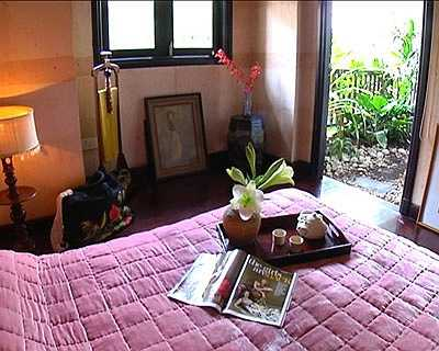 Ngoài cửa phòng ngủ luôn là những khóm cây xanh mát tạo cảm giác thư thái cho mắt nhìn.