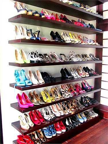Là một người tinh tế, Hồng Nhung lựa chọn cho mình khá kỹ càng những món đồ. Bởi thế tủ giày của chị không thật hoành tráng như các sao nữ khác, nhưng lại rất có màu sắc.