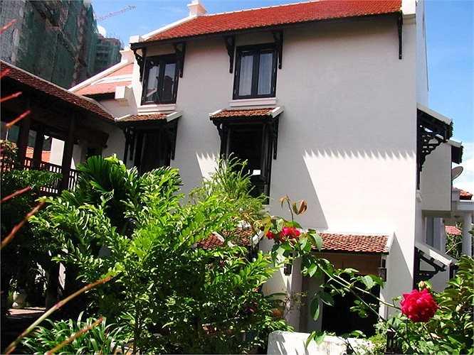 Những ô cửa sổ có mái ngói đặc trưng cho những căn nhà Hà Nội là hoài niệm không thể thiếu ở nơi Hồng Nhung ở.