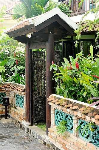 Trong khu vườn rợp cây xanh, Hồng Nhung thoải mái tập yoga hay đi dạo bộ.