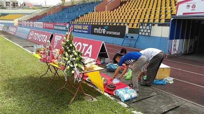 Các CĐV đất Mở chuẩn bị đầy đủ lễ lạt, hoa quả, với hi vọng Than Quảng Ninh sẽ gặp may mắn trong trận đấu chiều nay trước Sanna Khánh Hòa, qua đó áp sát ngôi đầu...