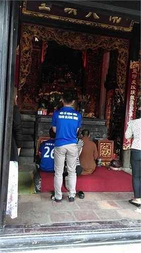 Sau đó, các CĐV Quảng Ninh đến chùa làm lễ cầu may...