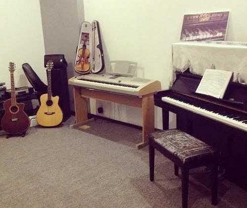 Phòng học nhạc của Uyên Thương.