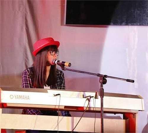 Không chỉ xinh đẹp, Uyên Thương từng có thành tích 9 năm liền học sinh giỏi, đạt giải B Cuộc thi Sắc màu tuổi trẻ, giải Nhì Hội thi Tiếng hát hoa phượng đỏ.