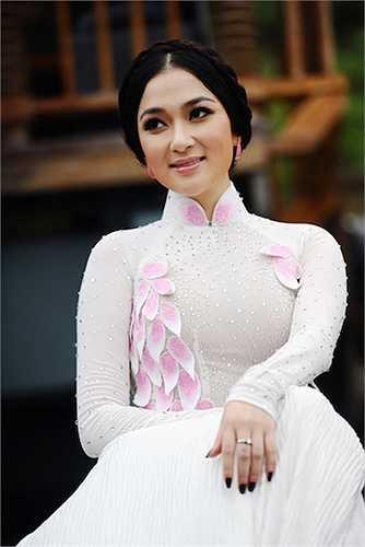 Hoa hậu Việt Nam 2004 gây ấn tượng trong nhiều shoot hình.