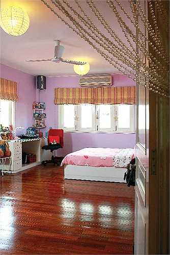 Phòng ngủ của con gái ngập tràn màu hồng.