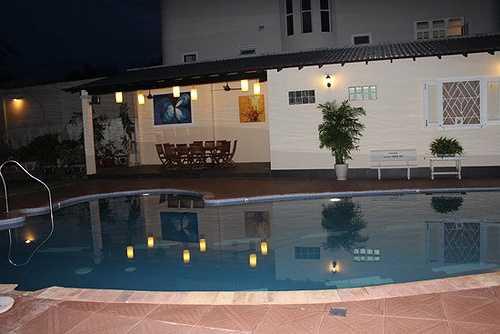 Với khu vườn rộng và bể bơi lớn, khu biệt thự này có diện tích lên đến hàng ngàn mét vuông.