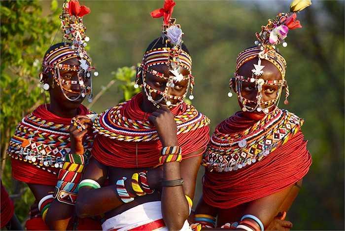 Đàn ông Samburu không được quyền chọn vợ, chỉ được quyền 'ứng cử', nhưng họ lại được phép lấy nhiều vợ. Đàn ông Samburu có thể lấy bao nhiêu vợ tùy thích, miễn là họ nuôi được các bà vợ.