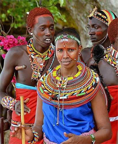 Phụ nữ Samburu sau khi lấy chồng đều cạo trọc đầu. Họ quấn khăn như kiểu áo ba lỗ và đeo rất nhiều chiếc vòng đính hạt cườm quanh cổ, trùm cả mặt.
