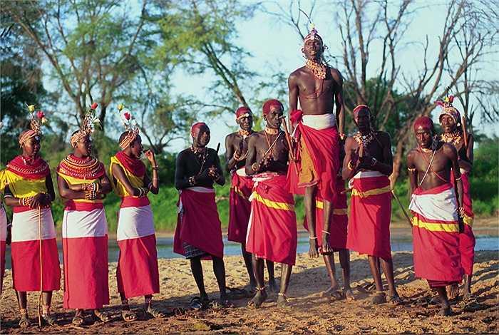 Samburu là những cư dân sống du mục. Nguồn sống chính của họ phụ thuộc vào đàn gia súc chăn thả. Vật nuôi chủ yếu là bò, cừu, dê, lạc đà.