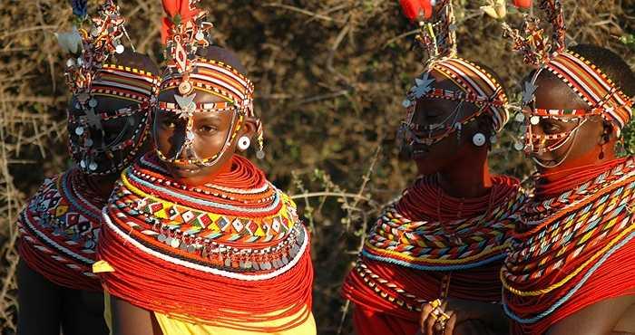 Có vô số phong tục độc đáo, kỳ dị liên quan đến bộ tộc này. Phong tục kỳ quái nhất là nghi lễ trưởng thành của người đàn ông, phải uống máu động vật, ăn thịt sống.