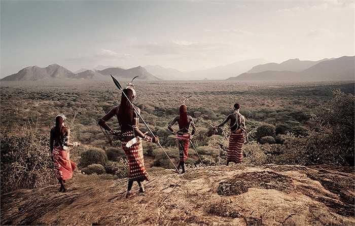 Các cô gái Samburu đến tuổi lấy chồng có quyền mời các chàng trai về nhà ngủ chung. Các cô gái có thể mời lần lượt từng người đàn ông về nhà mình để quan hệ, hoặc có thể mời nhiều đàn ông về ở cùng  trong một thời điểm.