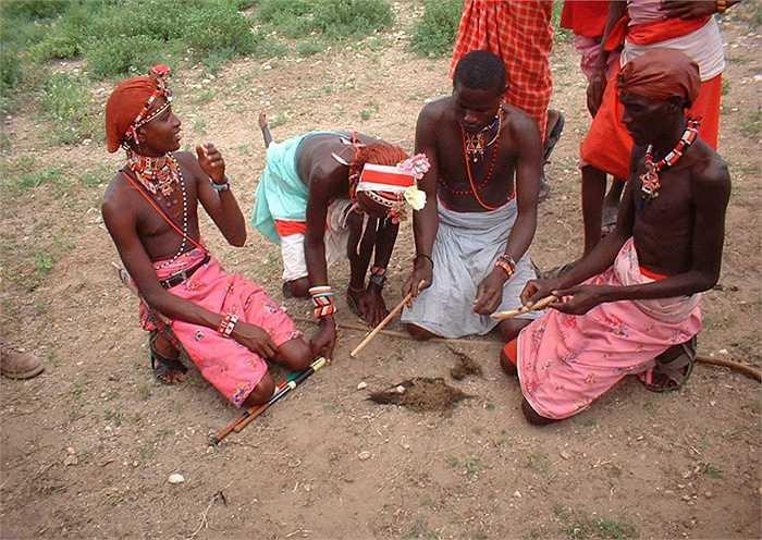 Nhưng, điều kỳ cục hơn, là sau khi lấy chồng, họ phải trải qua một nghi lễ hết sức lạc hậu, cổ hủ, đó là 'cắt bì', một hủ tục làm tê liệt hứng thú tình dục của người phụ nữ.