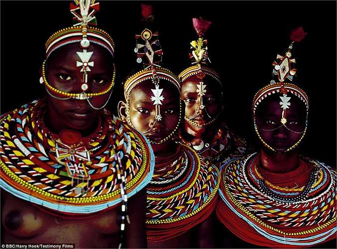 Mặc dù ở bộ lạc này phụ nữ được quyền chọn chồng, nhưng khi về với chồng thì họ lại mất hết quyền lực. Nếu người phụ nữ nào khác chọn chồng họ, thì họ phải chấp nhận cuộc sống chồng chung.