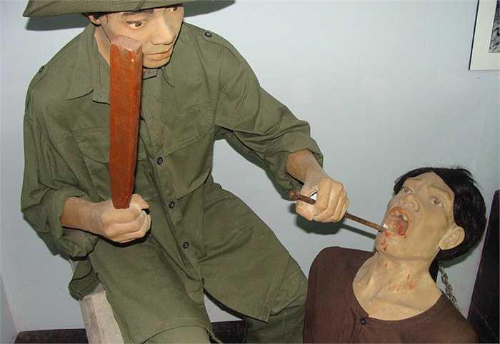 Chúng bẻ răng tù nhân theo cách rất khủng khiếp. Chúng bắt tù nhân cắn vào cây đục, rồi đánh xuống cho gãy răng. Muốn bẻ răng hàm trên thì đánh xuống, muốn bẻ răng hàm dưới thì đánh ngược lên.