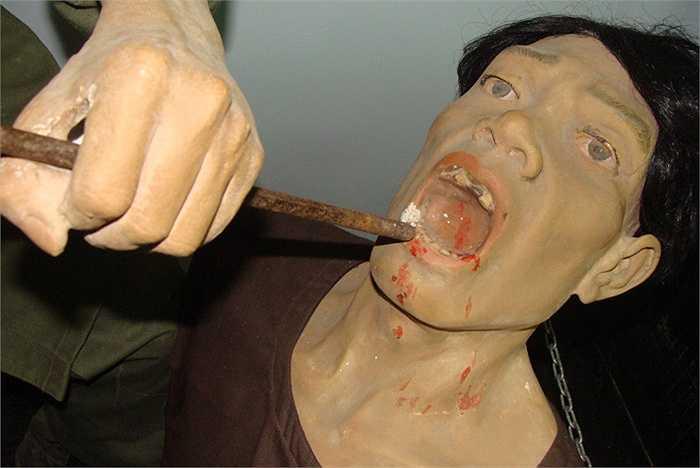 Màn tra tấn đục răng quá khủng khiếp. Chúng dùng đục sắt kê vào răng, rồi dùng vồ đập mạnh cho răng bắn ra. Nhiều khi chúng bắt tù nhân giữ đục, còn chúng nhẩn nha dùng vồ gõ. Cứ gõ một cái, thì một chiếc răng văng ra ngoài.