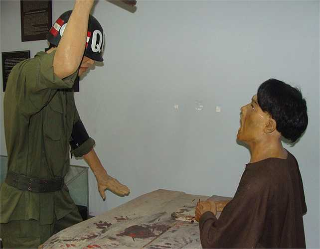 Ban ác ôn của nhà tù Phú Quốc thường xuyên dùng màn tra tấn đóng đinh vào các ngón tay để bắt đầu cho một cuộc tra khảo. Những chiếc đinh 3m cùng búa là thứ đặt trên mặt bàn trong lúc làm việc.