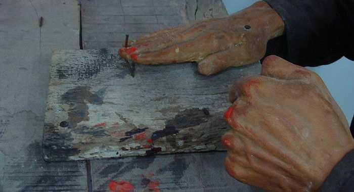 Hai tên sẽ giữ tay tù binh cố định trên mặt bàn, còn một tên làm nhiệm vụ tra khảo thì đặt cố định chiếc đinh trên đầu ngón tay. Cứ sau mỗi câu hỏi, thì lại một lần giáng búa, khiến đinh xuyên ngón tay, cố định xuống mặt bàn. Nhiều tù nhân bị đóng đi cả 10 ngón tay.
