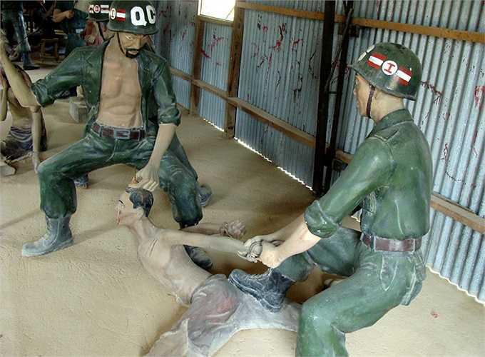 Sau khi đóng đinh hết 10 ngón tay, ngón chân, xương bánh chè, gót chân... không còn chỗ đóng đinh trên thân thể tù nhân nữa, thì chúng đóng đinh vào hộp sọ để kết thúc cuộc sống của những tù nhân cộng sản kiên trung.