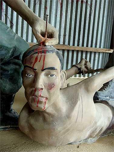 Khi khai quật mộ liệt sĩ Lâm Rô, đã thu được tới 7 chiếc đinh dài 8cm đóng trên hài cốt.